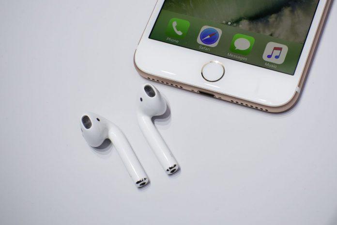 Próximo iPhone llegará con los AirPods en la caja: AirPods junto a iPhone