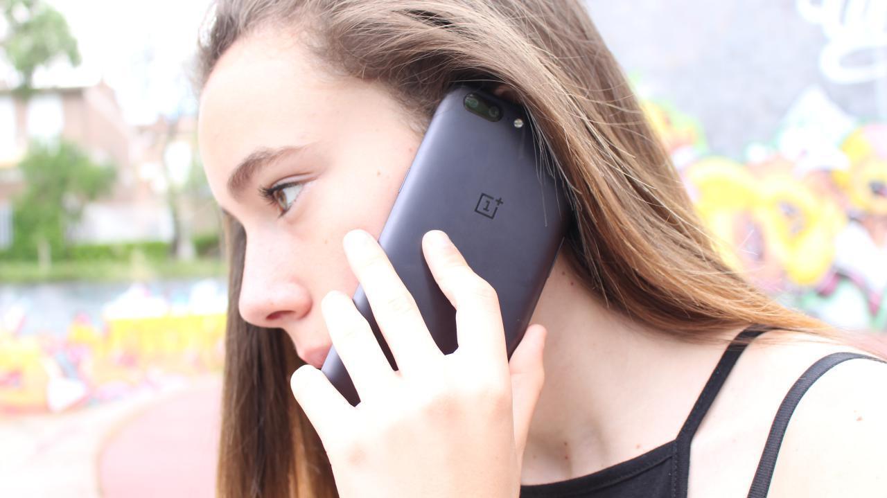 OnePlus 5 hablando por teléfono