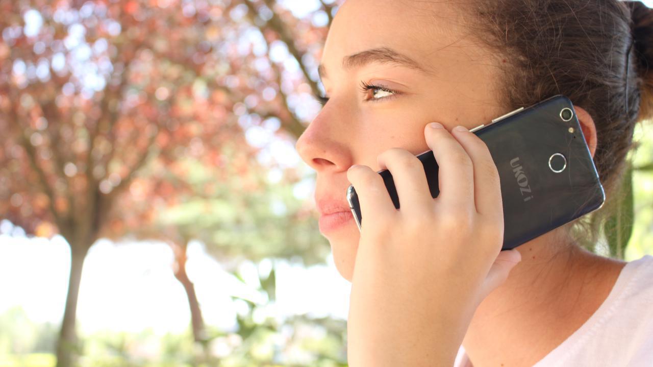 Ukozi Q3 hablando por teléfono