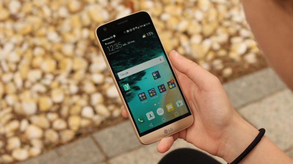 Esto cuesta cambiar la pantalla del iPhone X: LG G5